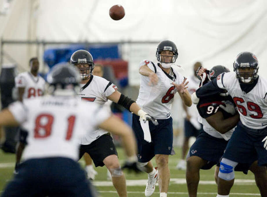 Aug. 11:Texans quarterback Matt Schaub fires a pass to tight end Owen Daniels (81). Photo: Brett Coomer, Chronicle