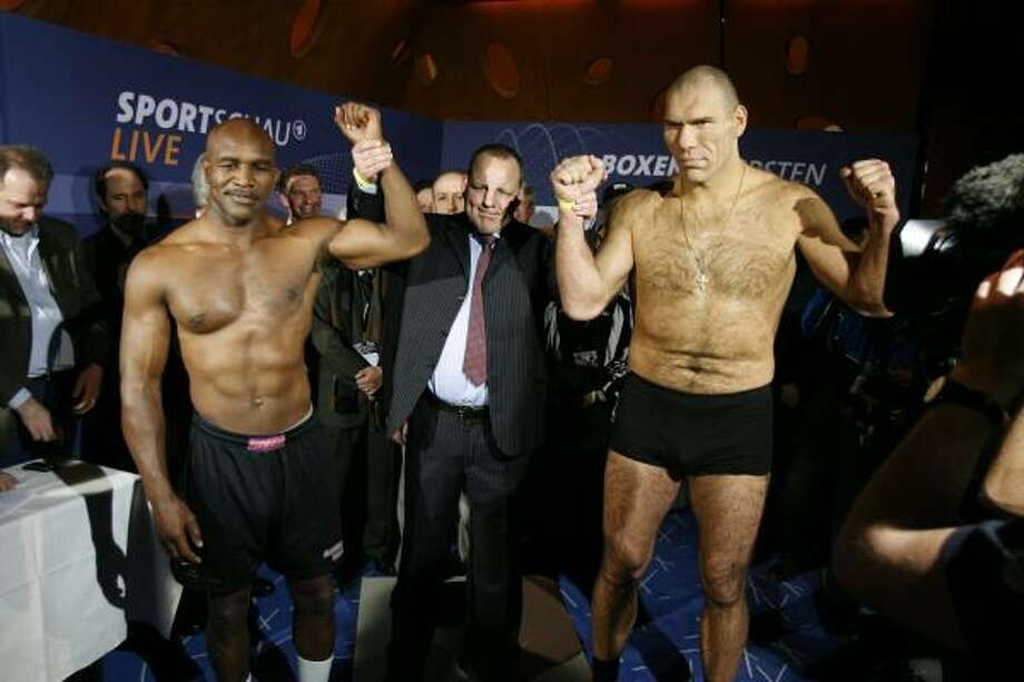 American Evander Holyfield, left, Hagen Doering, head of Sports of Sauerland Event box promotion, center, and Russian boxer Nikolai Valuev pose after the official weighing ceremony in Baden, Switzerland, on Friday, Dec. 19, 2008. Photo: STEFFEN SCHMIDT, AP