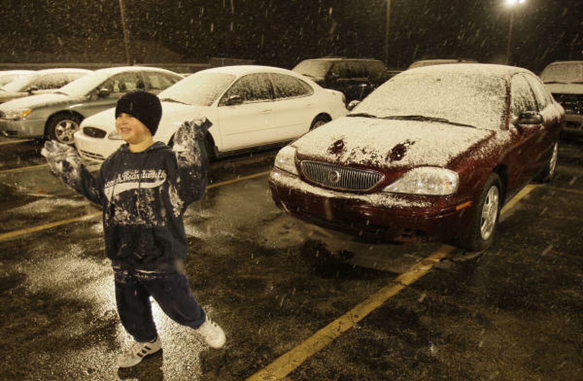 Mario Hernández Jr., de 6 años, juega con la nieve en la agencia de autos Affordable Cars & Trucks, ubicada en 5715 de la autopista I-45, donde trabaja su padre, Mario Hernández.