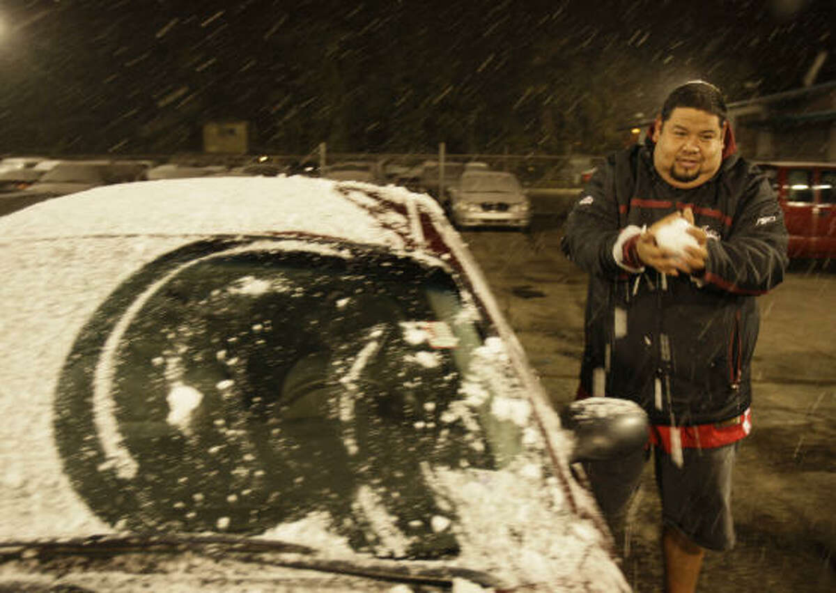 Mario Hernández juega con hijo haciendo bolas de nieve en Affordable Cars & Trucks.