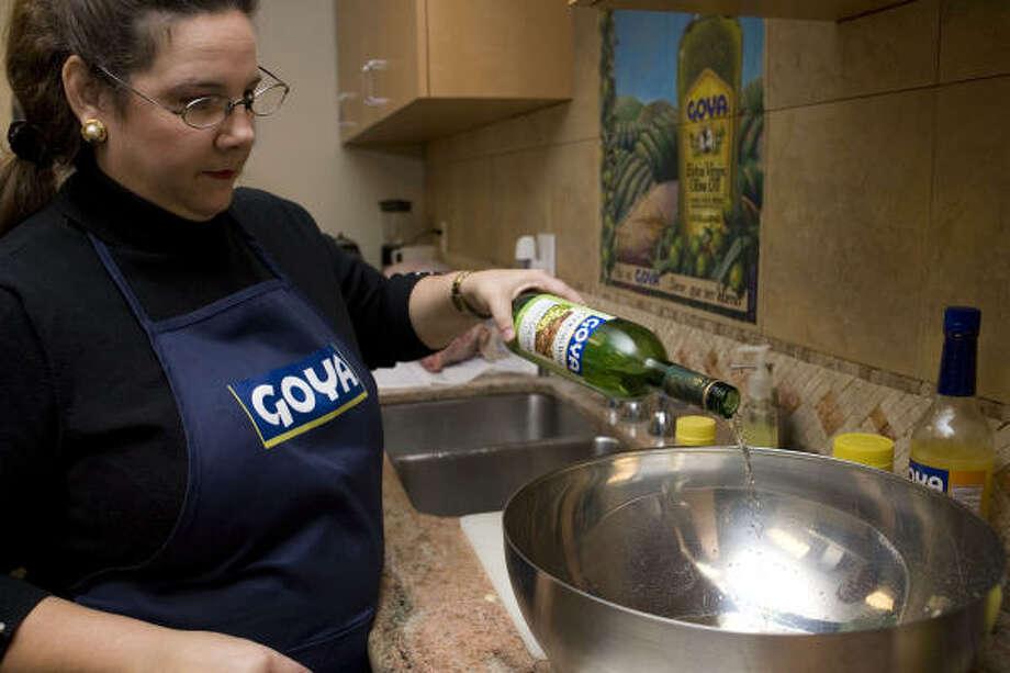 Mezcla los ingredientes del mojo en un tazón grande hasta que se incorporen lo más posible. Photo: Nathan Lindstrom, Para La Voz