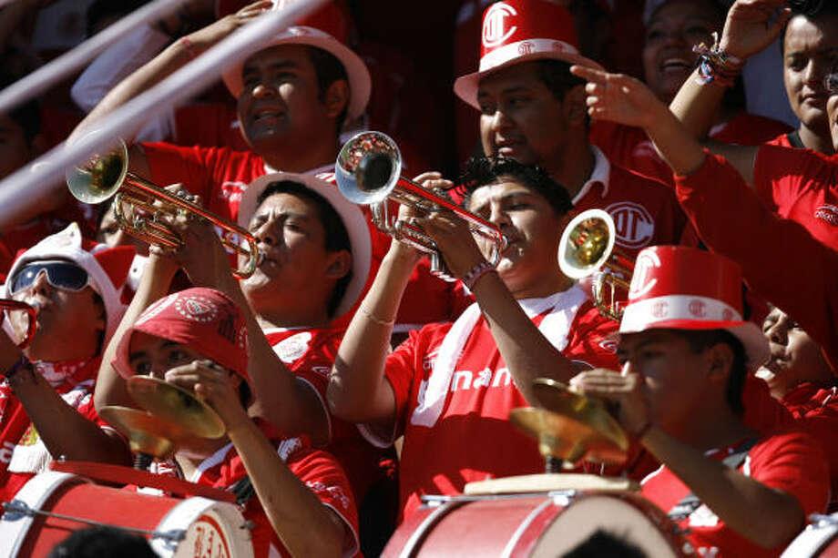 Los seguidores del Toluca le dieron un marco muy colorido a la segunda final, disputada en La Bombonera. Photo: Claudio Cruz, AP