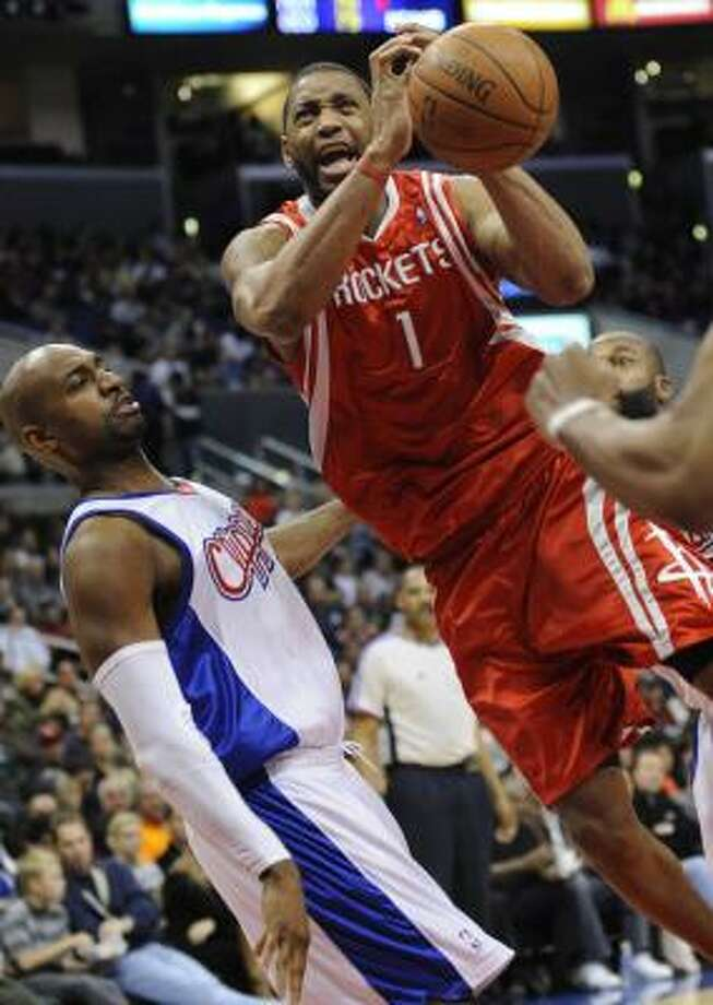 Tracy McGrady (1) drives to the basket against Clippers guard Mardy Collins, right, in the first half. Photo: Gus Ruelas, AP