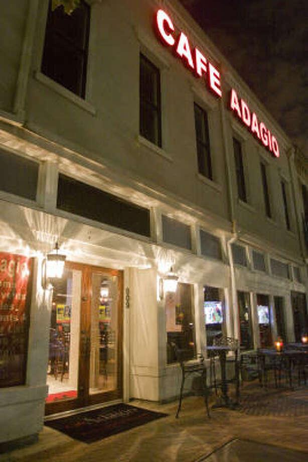 Ubicado en el corazón de la ciudad, en 802 Congress St., el nombre del bar se reconoce fácilmente desde la calle. Photo: Bill Olive, Para La Vibra