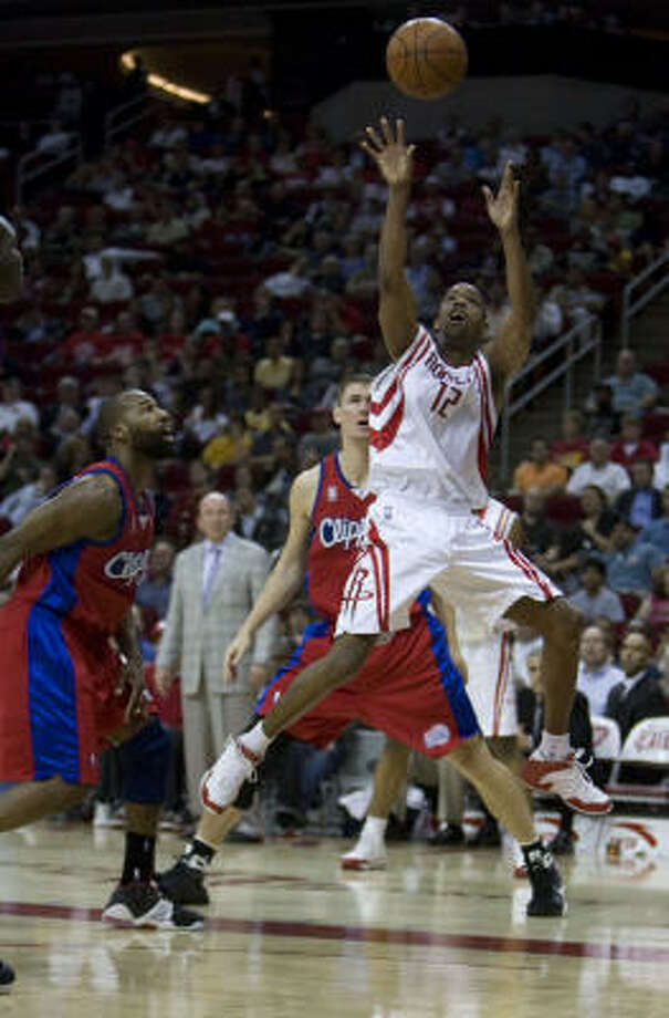 Rafer Alston, who scored 21 points, shoots over Clippers guard Baron Davis, left, during the fourth quarter. Photo: James Nielsen, Chronicle