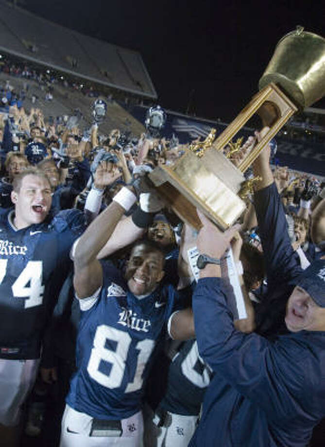 Jarett Dillard and coach David Bailiff hoist the Bayou Bucket after a 56-42 win over visiting Houston on Nov. 30, 2008. Photo: Steve Ueckert, Chronicle
