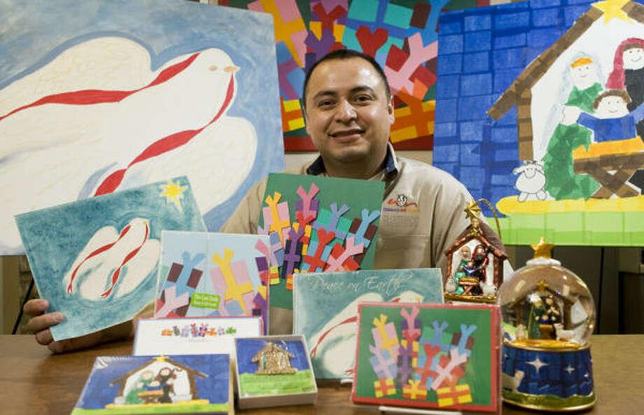 León Benavídes, es el instructor de la clase de arte y dice que los trabajos se seleccionan con el voto de empleados de la institución, voluntarios, pacientes, familiares y visitantes. Photo: Nathan Lindstrom, Para La Voz