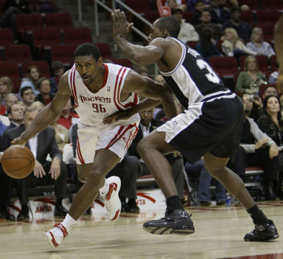 Ron Artest drives past Spurs forward Anthony Tolliver during the second half. Photo: Melissa Phillip, Houston Chronicle
