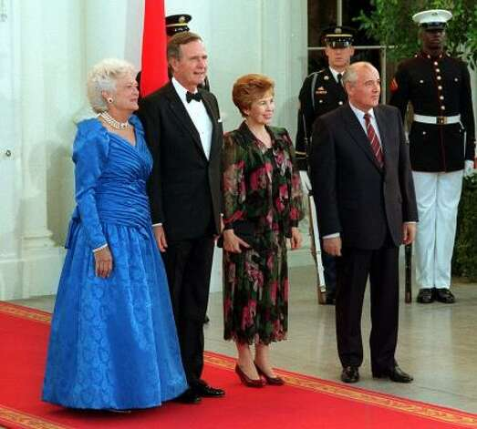 President George Bush and first lady Barbara Bush pose with Soviet President Mikhail Gorbachev and his wife, Raisa, as they arrive for the state dinner at the White House in Washington in May 31, 1990, Photo: J. SCOTT APPLEWHITE, AP