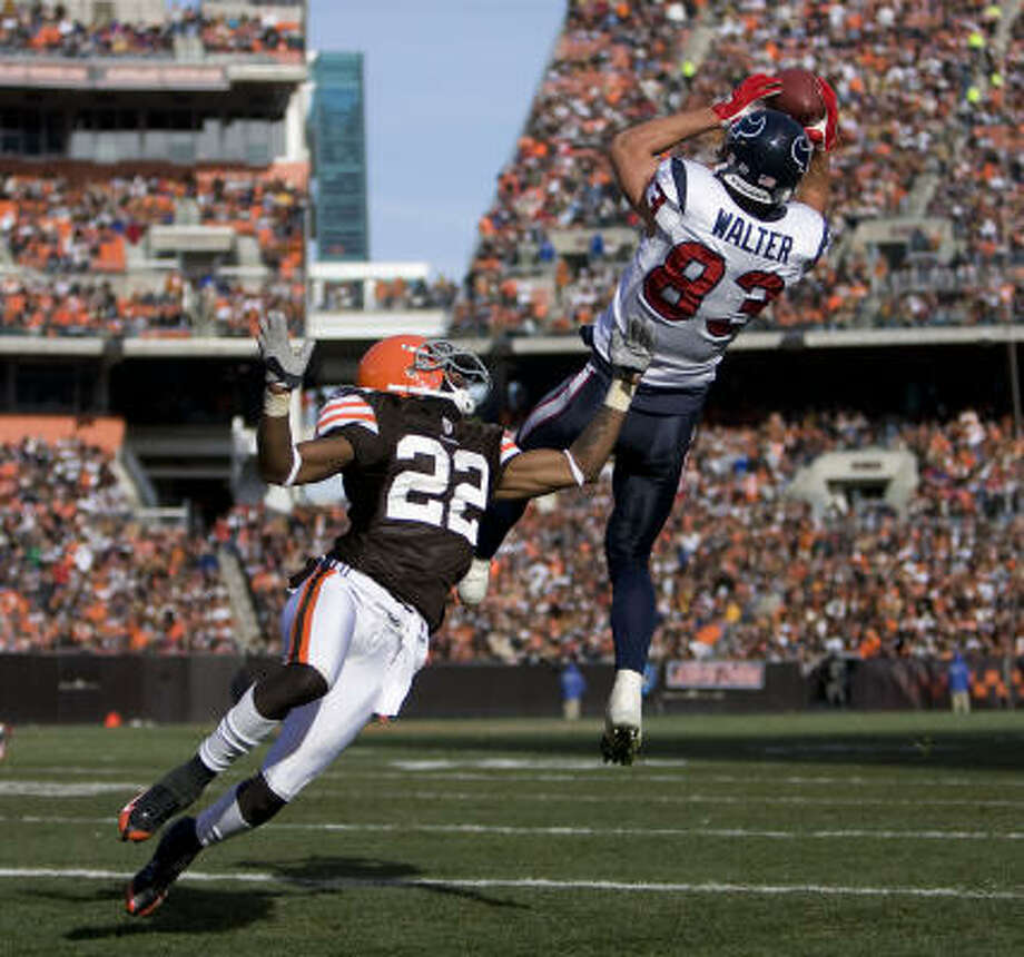 Texans wideout Kevin Walter (right) catches a pass over the Cleveland's Brandon McDonald for a 17-yard touchdown during the first quarter of Sunday's game in Cleveland, Ohio. The Texans won 16-6. Photo: James Nielsen, Chronicle