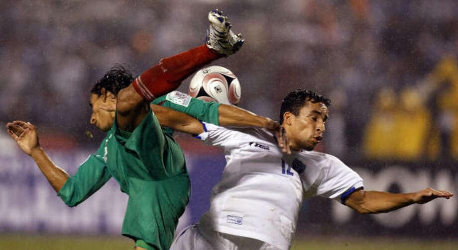 El jugador mexicano Fernando Arce (izq.) , choca contra el jugador de Honduras Ivan Guerrero. México no sólo perdió, con un autogol de Ricardo Osorio, sino que presentó uno de sus peores rostros en mucho tiempo en el partido en San Pedro Sula, en el partido  que se jugó el miércoles. Photo: Gregory Bull, AP