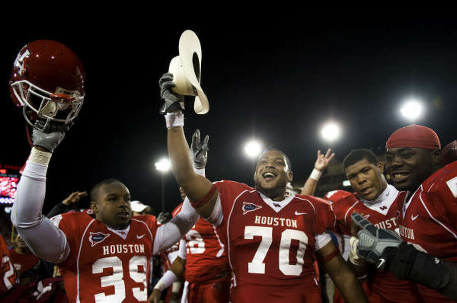 Houston offensive lineman Chris Thompson (70) and his teammates were all smiles after dominating No. 25 Tulsa in a 70-30 win on Saturday at Robertson Stadium. It was Houston's second win over a ranked opponent this season. Photo: Smiley N. Pool, Chronicle