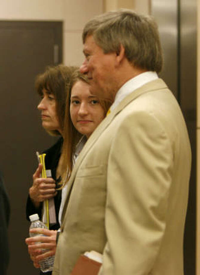 Elena Wells White, center, the daughter of Mayor Bill White, waits for an elevator with her mother, Andrea White,  and lawyer Rusty Hardin at the courthouse today. Photo: KAREN WARREN, Chronicle