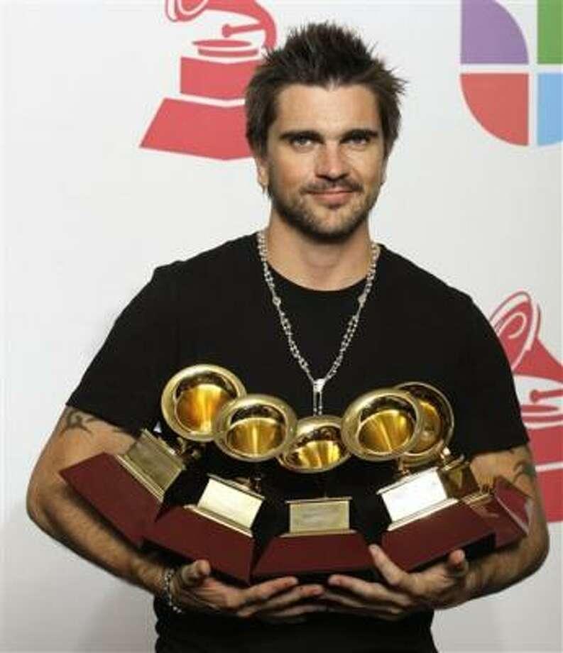 Juanes luce los 5 premios que lo consagraron como el gran triunfador en la 9na. entregra de los premios en Houston, el jueves 13 de noviembre de 2008. Photo: David J. Phillip, AP