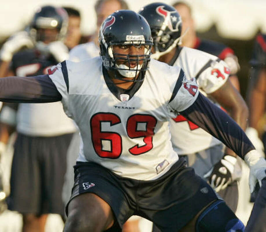 Texans guard Chester Pitts said Matt Schaub beats him to work, and Pitts usually arrives at 6:30 a.m. Photo: BRETT COOMER, CHRONICLE