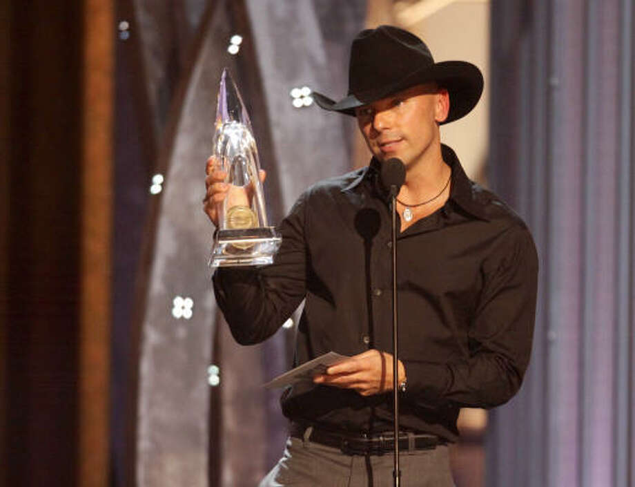 Kenny Chesney accepts the Entertainer of the Year award. Photo: Darron Cummings, AP
