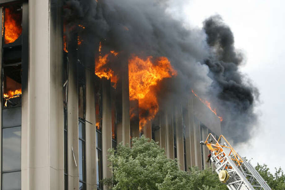 A new HPD report says firefighters failed to follow proper procedures and placed themselves and others at risk in the fire. Photo: James Nielsen, Houston Chronicle