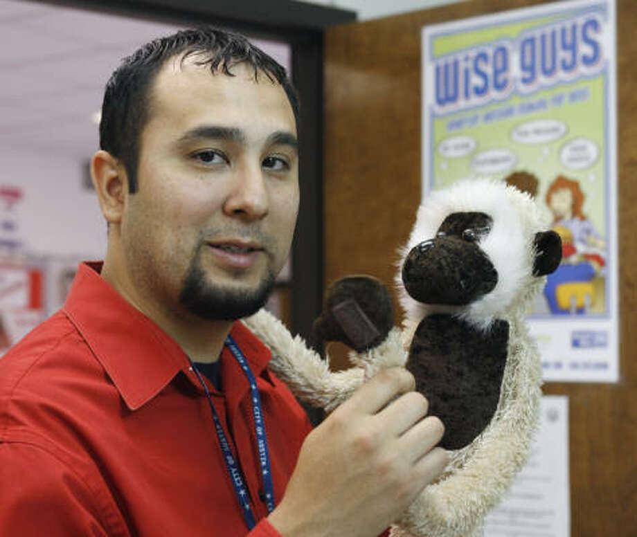 Mark Díaz, de 29 años, es un empleado en Austin que habla tanto inglés como español. Photo: HARRY CABLUCK, AP