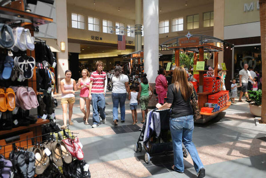 Life is beginning to return to normalcy after Hurricane Ike as shoppers flock to Willowbrook Mall. Photo: Thomas Nguyen, For The Chronicle