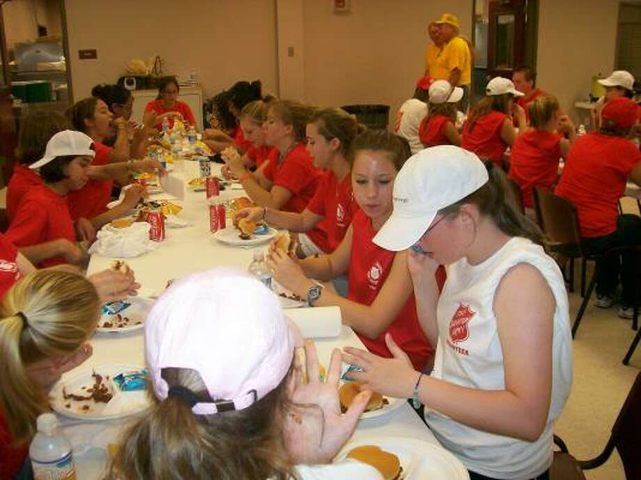 Feeding the volunteers. Photo: Soccershotz, Chron.commons Member