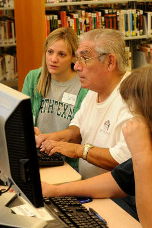 Arwen Meador, left, assistant branch librarian at the Octavia Fields Library in Humble, helps Rudolf Cantu, of Kingwood, with his resume. Cantu's home was without power, courtesy of Hurricane Ike. Photo: Jerry Baker, For The Chronicle