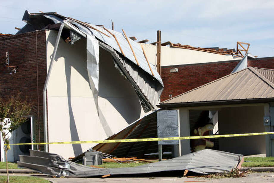 The K.Austin & Associates building at 302 E. Main in Humble suffered extensive roof damage after Hurricane Ike passed through the Humble/Kingwood area. Photo: Thomas Nguyen, For The Chronicle