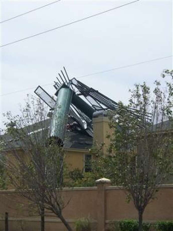 A billboard just south of FM 1488 @ I-45 crashed onto an apartment building Photo: Contay, CHRON.COMMONS