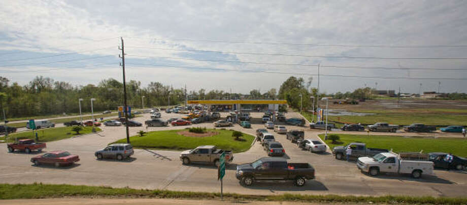 Cars line up in all directions to get gas from a Shell station at Beltway 8 and Aldine Westfield in north Houston. Residents in the areas north of Houston continue to recover from Hurricane Ike. Photo: Steve Campbell, Chronicle
