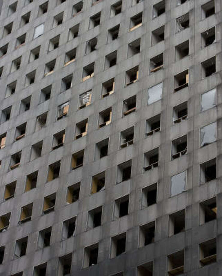 Work continues Monday to repair damage to the Chase Tower in downtown Houston. Photo: James Nielsen, Chronicle