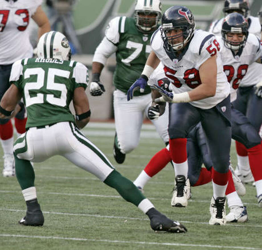 The Texans may lose something in run blocking when Mike Flanagan (58) replaces injured center Steve McKinney. Photo: BRETT COOMER, CHRONICLE