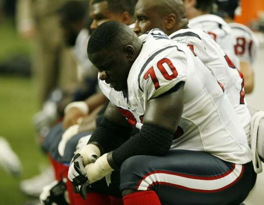 Guard Fred Weary absorbs the magnitude of Sunday's loss, which dropped the Texans to .500. Photo: BILLY SMITH II, CHRONICLE