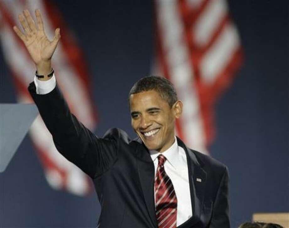 El demócrata Barack Obama, nuevo presidente electo de Estados Unidos, saluda desde el podio durante el discurso que ofreció en la noche del martes 4 de noviembre de 2008, en el Parque Grant de Chicago, Illinois, tras la jornada electoral. Photo: Morry Gash, AP