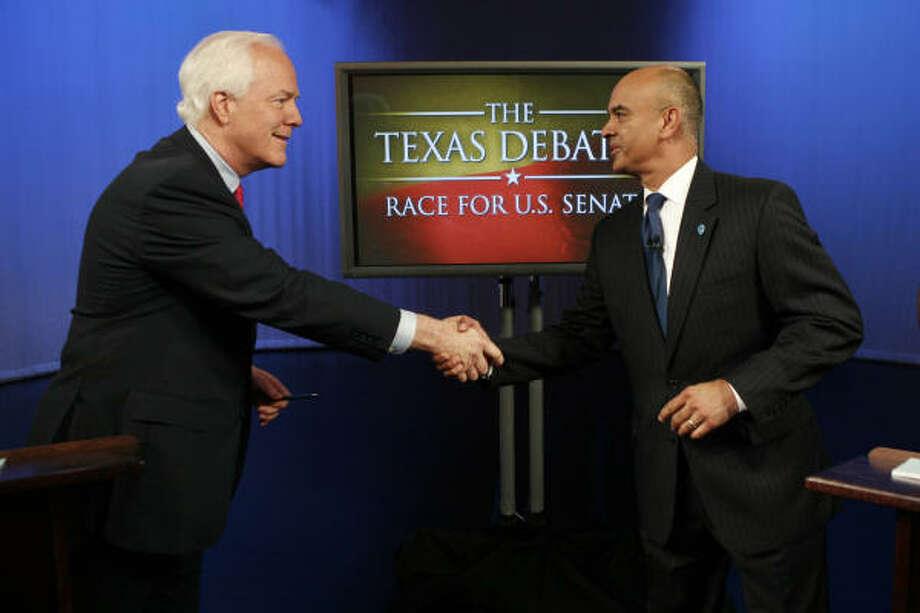 El senador republicano John Cornyn (izq.) y su contrincante demócrata, Rick Noriega, se saludan antes del debate del 16 de octubre, en Dallas. Photo: Tom Fox, AP