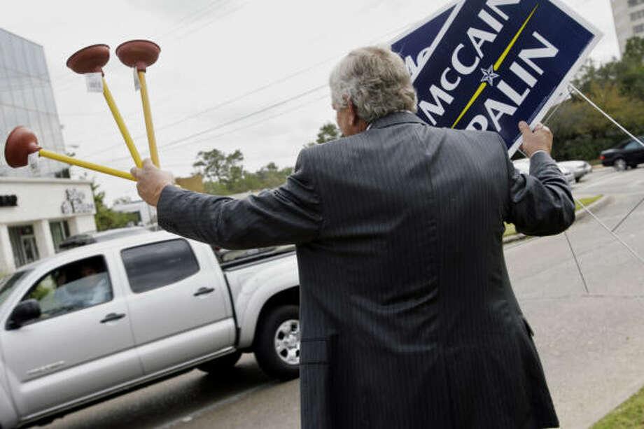 """El republicano Steve Radack, comisionado del Condado de Harris, ofrece destapacaños a los votantes, en referencia a """"Joe, el plomero"""" para demostrar su apoyo a los candidatos republicanos John McCain y Sarah Palin. Photo: Eric Kayne, Houston Chronicle"""
