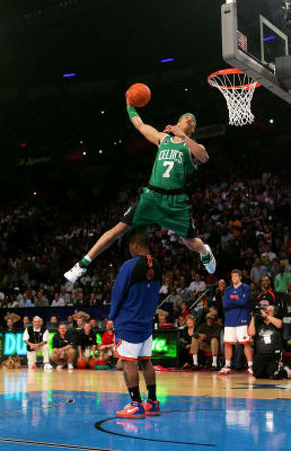 Gerald Green of the Boston Celtics leaps over the Kincks' Nate Robinson in the Slam Dunk Competition. Photo: Jed Jacobsohn, Getty Images