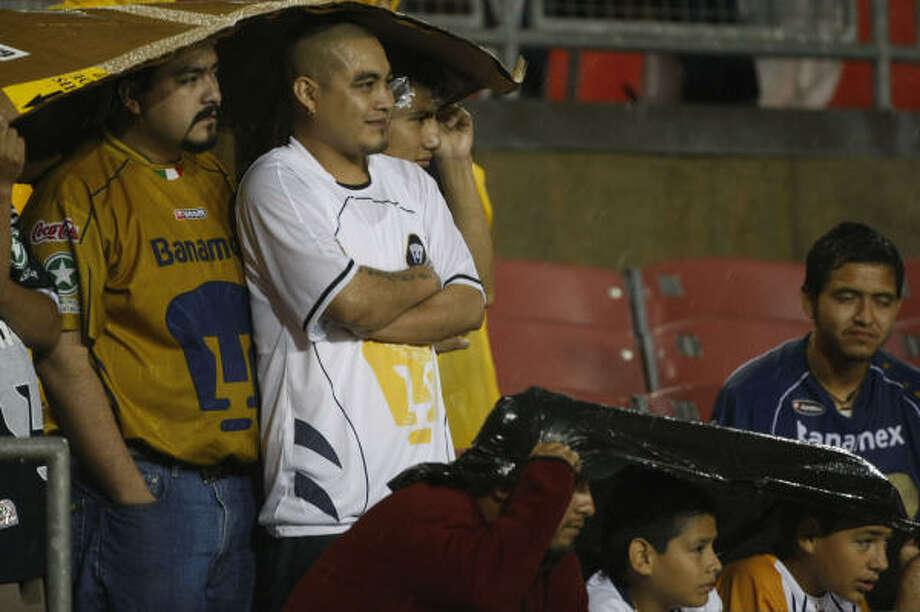 El inicio del partido fue retrasado debido a una lluvia torrencial que cayó la noche del miércoles 22 de octubre en Houston. Pese a eso, los seguidores de Pumas apoyaron al conjunto universitario en el estadio Robertson. Photo: Julio Cortez, HOUSTON CHRONICLE