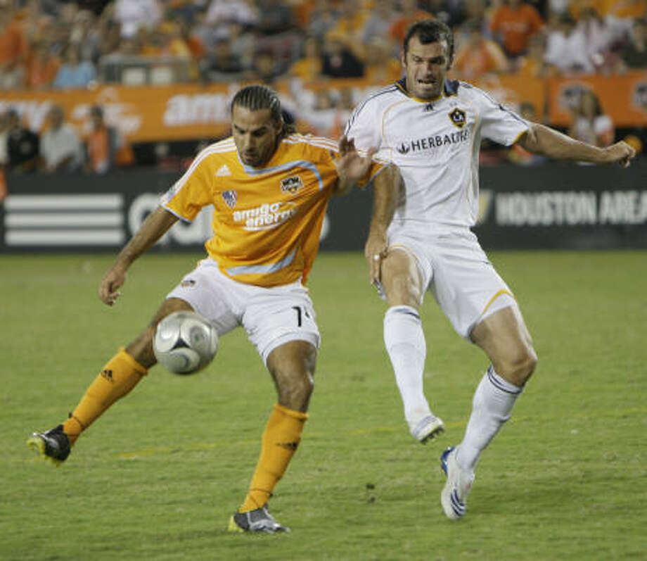 Dwayne De Rosario, left, and Los Angeles' Chris Klein battle for the ball  in the first half. Photo: Melissa Phillip, Chronicle