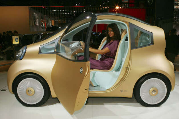 A model sits at the wheel of the Nissan NuVu electric concept car Oct. 3, 2008. Photo: REMY DE LA MAUVINIERE, AP