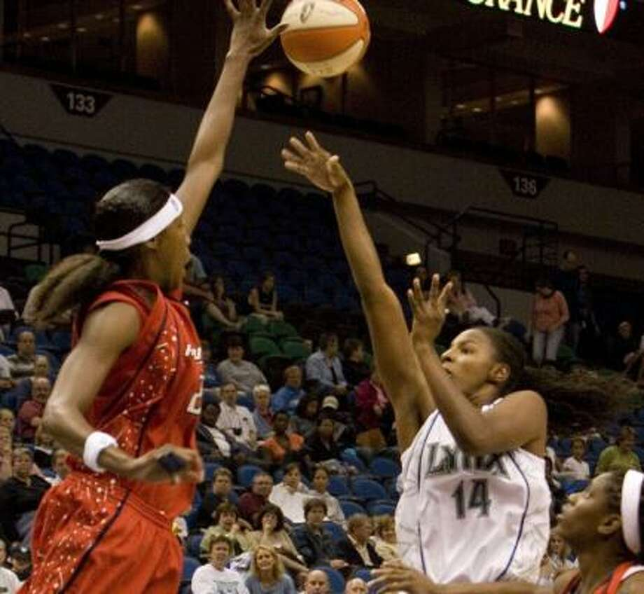 Michelle Snow, left, gets the best of a shot by the Lynx's Eshaya Murphy on Saturday. Photo: WAYNE THOMAS, ASSOCIATED PRESS