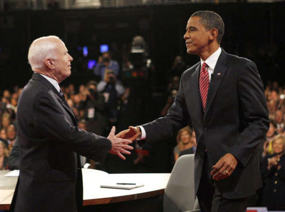 El debate entre el candidato republicano John McCain (izq.) y el demócrata Barack Obama se llevó a cabo en la noche del miércoles 15 de octubre en la Universidad Hofstra, en Hempstead, estado de Nueva York. Photo: CHARLES DHARAPAK, AFP/Getty Images