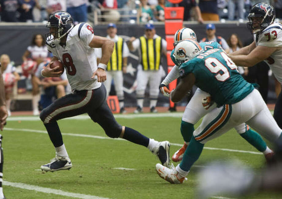 Houston Texans quarterback Matt Schaub wins the game on a last-second touchdown run. Photo: Brett Coomer, Chronicle