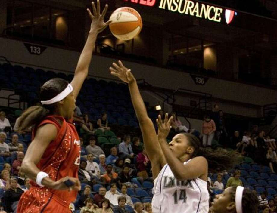 Houston Comets' Michelle Snow tries to block a shot by Minnesota Lynx's Eshaya Murphy. Photo: Wayne Thomas, AP