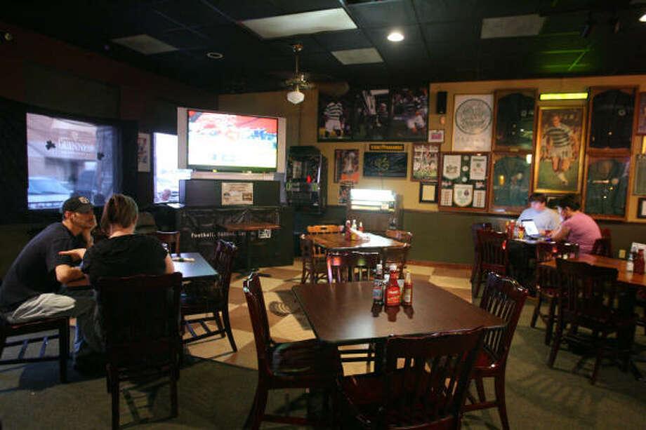 Este pub es refugio habitual de decenas de aficionados al fútbol europeo en el área de Houston. Photo: Bill Olive, Para La Vibra