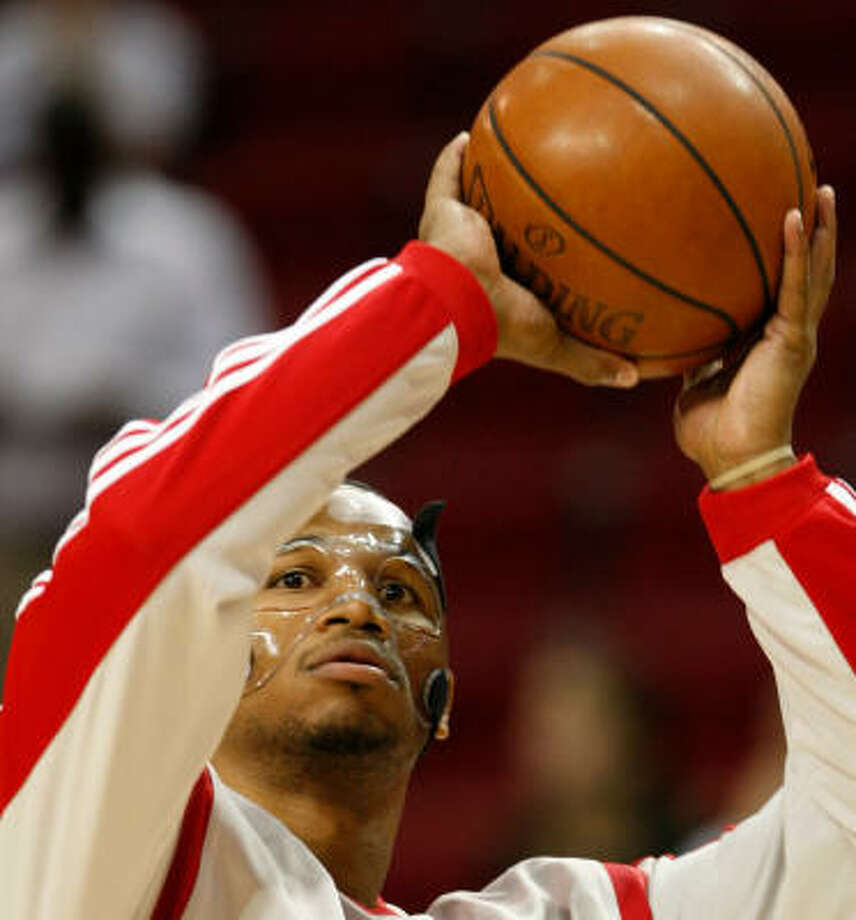Houston Rockets forward Chuck Hayes (44) and his new mask warms up. Photo: Nick De La Torre, HOUSTON CHRONICLE