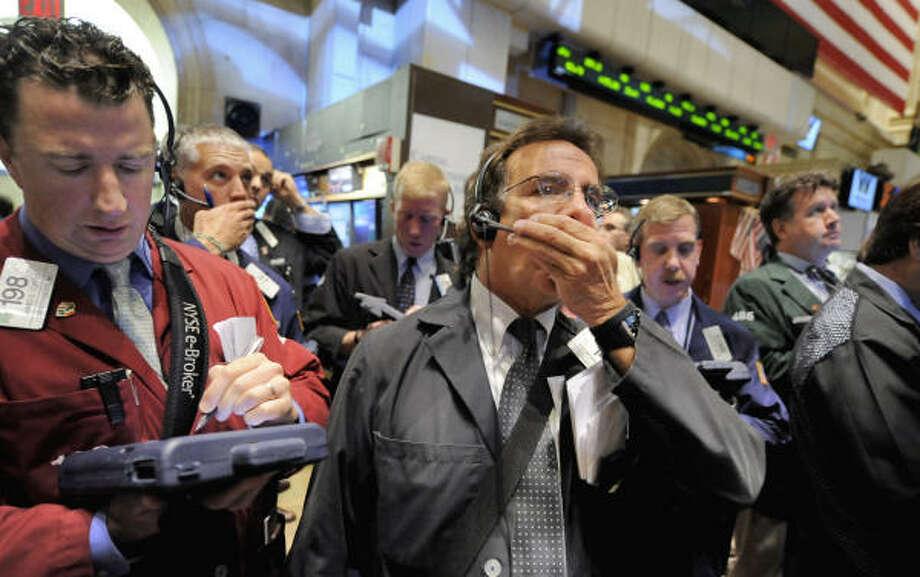 El índice industrial Dow Jones perdía más de 500 puntos el lunes en la mañana y quedó por debajo de los 10.000 por primera vez en cuatro años en medio de temores de que la crisis financiera de Estados Unidos se está propagando por el mundo. Photo: Richard Drew, AP