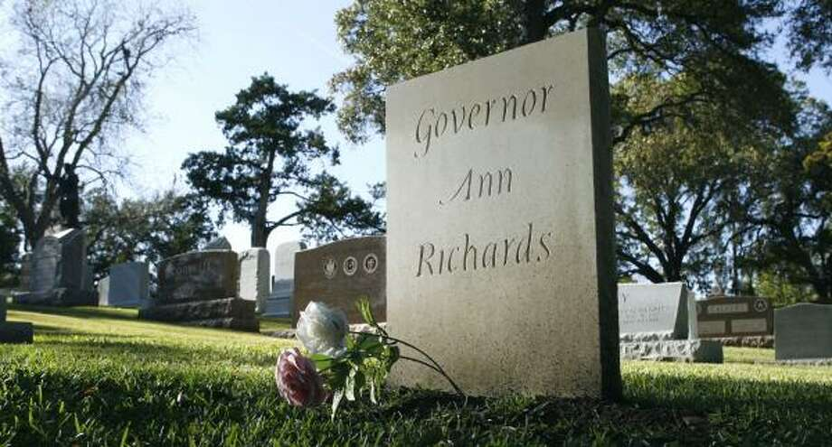 With a simple, temporary marker, Ann Richards' grave attracts numerous visitors in Austin. Photo: Harry Cabluck, Associated Press