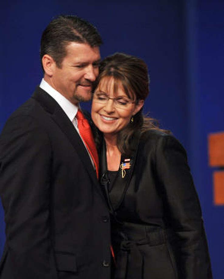 Palin con su esposo Todd Palin, minutos antes de comenzar el debate en la Universidad de Washington, en St. Louis, Missouri. Photo: PAUL J. RICHARDS, AFP/Getty Images