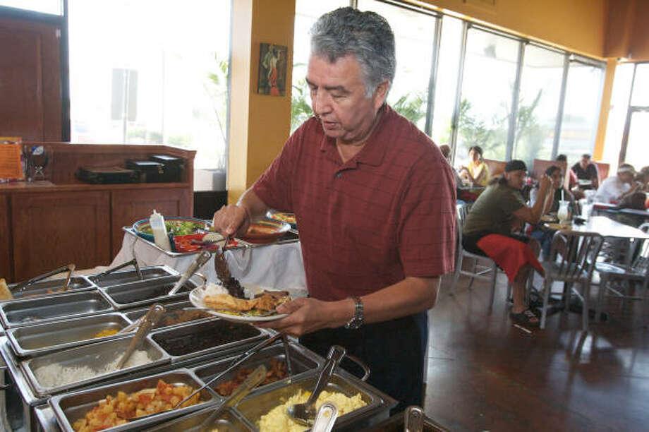 Se puede encontrar una diversidad de platos de países latinoamericanos como los frijoles al estilo mexicano o con arroz cubano. Photo: Bill Olive, Para La Vibra