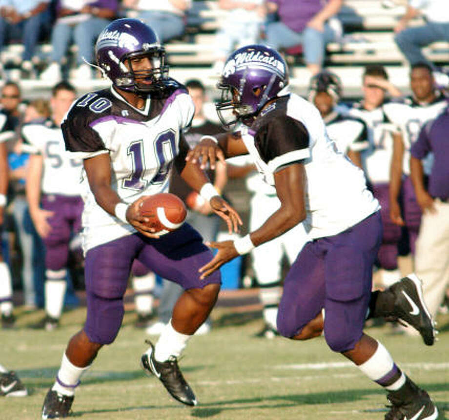 Angleton quarterback (10) Quandre Diggs hands off to (2) Henry Josey. Angleton beat La Marque 28-14. Photo: Kirk Sides