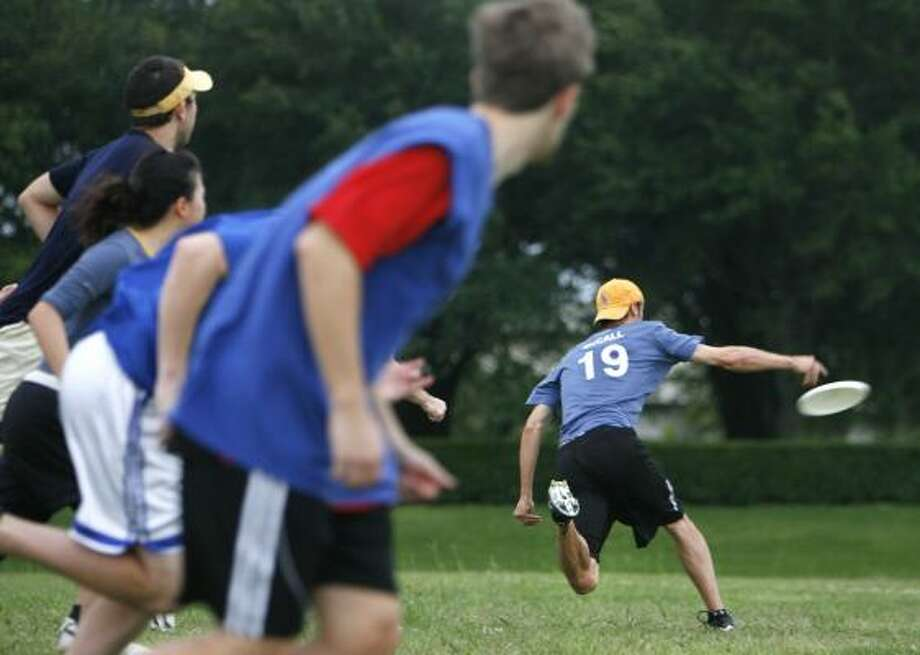 Houston Ultimate Community Frisbee players compete in a game. Photo: SHARÓN STEINMANN PHOTOS, CHRONICLE